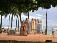 ワイキキ・ビーチはサーファーで大賑わい